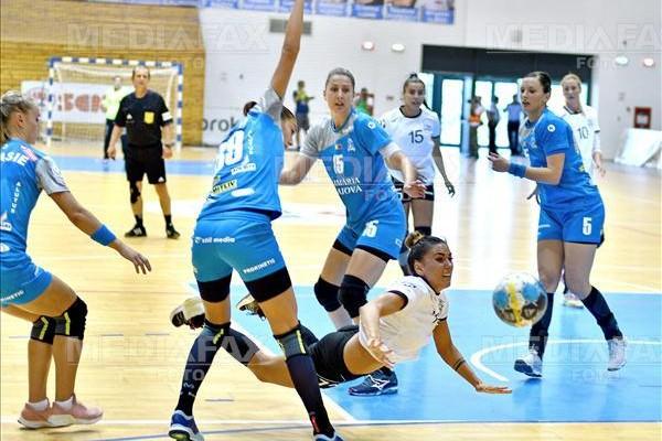 Nicoleta Safta (C) arunca la poarta in meciul de handbal feminin SCM Craiova - HC Dunarea Braila, din prima etapa a Ligii Nationale, disputat la Sala Polivalenta din Craiova , sambata, 1 septembrie 2018. REMUS BADEA / MEDIAFAX FOTO