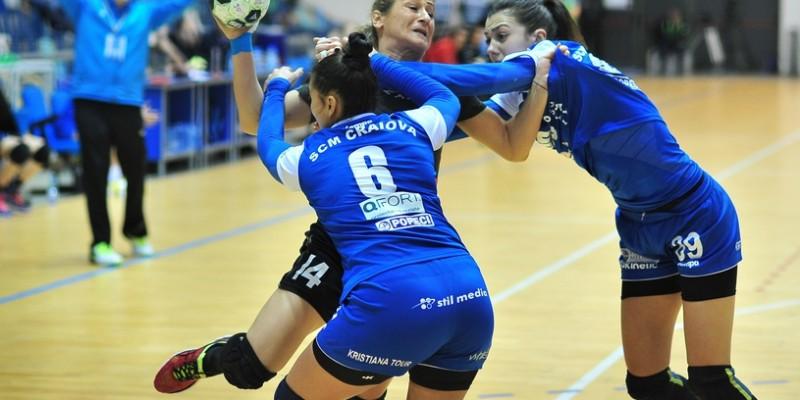 Cristina Zamfir (S) si Selaru C.(S) o faulteaza pe Moldovan A.(C) in meciul de handbal feminin SCM Craiova (echipament albastru) - Magura Cisnadie (echipament negru), etapa a 14 a din Liga Nationala ,desfasurat la sala polivalenta din Craiova joi 19 ianuarie 2017. REMUS BADEA/MEDIAFAX FOTO
