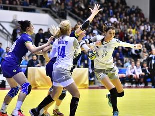 Cristina Zamfir Florianu (D) este faultata in meciul de handbal dintre SCM Craiova si HC Lada Togliatti din sferturile Cupei EHF, disputat la Craiova, sambata, 3 martie 2018. REMUS BADEA / MEDIAFAX FOTO